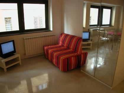 It is positioned in a residence structure, offering a total of 9 studio apartments for rent with air conditioning, weekly cleaning and change of linens.